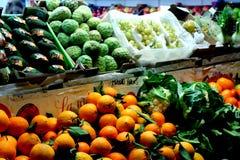Nya frukt och grönsaker på hyllorna av en greengroccer shoppar arkivbilder