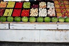 Nya frukt och grönsaker på skärm på bondemarknaden Royaltyfria Foton