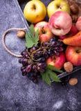 nya frukter Äpplen, päron, druva och persikor Arkivbilder