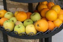 Nya frukter är tillgängligt till salu Arkivfoton