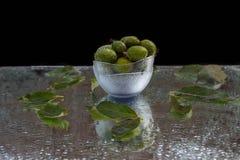 Nya frukter av feijoaen med reflexion arkivbilder