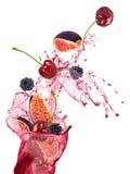 Nya frukter, bär som faller, frukter plaskar, Arkivfoto
