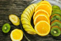 Nya frukter banan, kiwi, apelsin på träbakgrund sund mat ny fruktmix Grupp av citrusfrukter Rå vegetarian Royaltyfri Bild