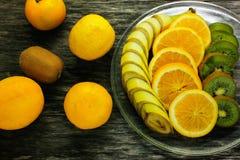 Nya frukter banan, kiwi, apelsin på träbakgrund sund mat ny fruktmix Grupp av citrusfrukter Rå vegetarian Arkivbilder