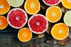 nya frukter Blandad fruktbakgrund Sunt äta och att banta Bakgrund av sunda nya frukter Fruktsallad - banta, sund br royaltyfri fotografi