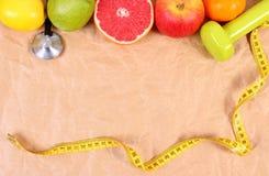 Nya frukter, cm, stetoskop och hantlar för kondition, sunda livsstilar Arkivbild