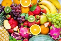 nya frukter Färgrika sorterade frukter, gör ren att äta, fruktbakgrund royaltyfri fotografi
