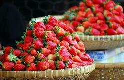 Nya frukter för jordgubbe på marknaden i Saigon, Vietnam Arkivfoton