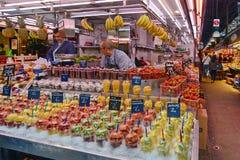 Nya frukter i den Boqueria marknaden Arkivfoto
