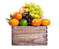 Nya frukter i en ask Fotografering för Bildbyråer