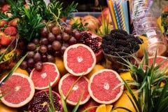 Nya frukter i en fruktsaftgata shoppar Arkivbild
