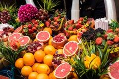 Nya frukter i en fruktsaftgata shoppar Arkivfoto