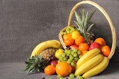 Frukter i en korg royaltyfri fotografi