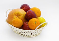 Nya frukter i en korg Royaltyfri Foto