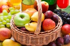 Nya frukter i korg Royaltyfri Fotografi