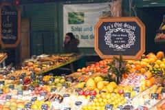 Nya frukter i marknaden Royaltyfri Foto