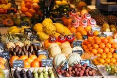 Nya frukter i marknaden Arkivfoton