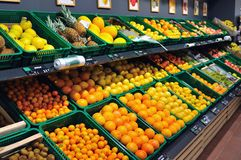 Nya frukter i supermarket Royaltyfri Fotografi