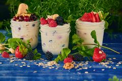 Nya frukter med krukor arkivfoto