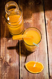 Nya frukter och exponeringsglas på tabellen Arkivfoton