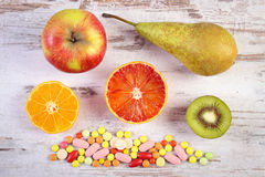 Nya frukter och färgrika medicinska preventivpillerar, val mellan sund näring och läkarundersökningtillägg Arkivbilder