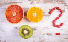 Nya frukter och frågefläck som göras av medicinska preventivpillerar, val mellan sund näring och läkarundersökningtillägg Royaltyfri Foto