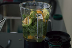 Nya frukter och grönsaker i en blandare royaltyfri bild