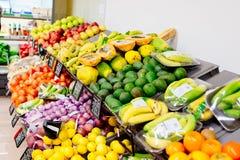 Nya frukter och grönsaker i supermarketlager royaltyfri foto