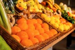 Nya frukter och grönsaker på räknaren fotografering för bildbyråer