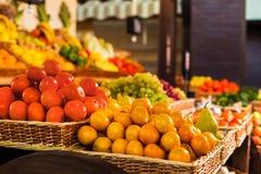 Nya frukter och grönsaker på räknaren arkivbilder