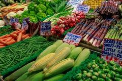 Nya frukter och grönsaker shoppar på skärm på mitten för den offentliga marknaden, den Seattle gränsmärket Arkivbild