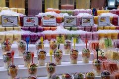 nya frukter och smoothies på försäljning i La Boqueria arkivfoton