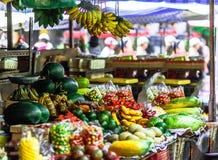 Nya frukter och vegtebales på marknad i Vietnam arkivbilder