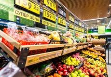 Nya frukter ordnar till till salu i supermarket Royaltyfria Bilder