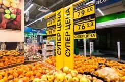 Nya frukter ordnar till till salu i supermarket Royaltyfri Fotografi