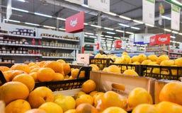 Nya frukter ordnar till till salu i stormarknaden Karusel Royaltyfria Foton