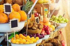 Nya frukter på den mellersta östliga marknaden shoppar Royaltyfria Foton