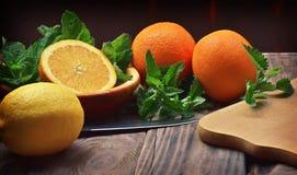 Nya frukter på en trätabell Närbild Begreppet av riktigt arkivfoton