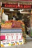 Nya frukter på en turkisk marknad Istanbul Turkiet Fotografering för Bildbyråer