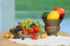Nya frukter på tabellen royaltyfri fotografi