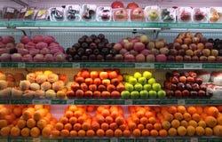 Nya frukter säljs i supermarket solo centrala Java Indonesia Royaltyfri Bild