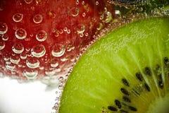 Nya frukter simmar i vattnet arkivfoto
