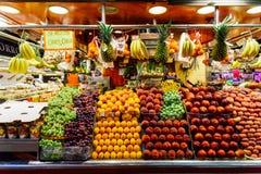 Nya frukter som är till salu i den Barcelona marknaden Royaltyfri Fotografi