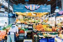 Nya frukter som är till salu i den Barcelona marknaden Arkivfoto