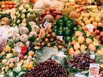 Nya frukter som är till salu i den Barcelona marknaden Arkivfoton