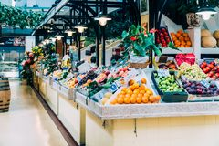 Nya frukter som är till salu i den Lissabon marknaden Arkivbilder