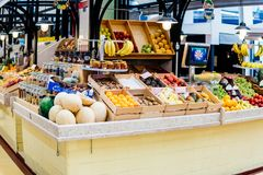 Nya frukter som är till salu i den Lissabon marknaden Royaltyfri Foto