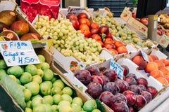 Nya frukter som är till salu i den Lissabon marknaden Fotografering för Bildbyråer