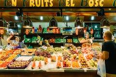 Nya frukter som är till salu i Santa Catarina Market Of Barcelona City Arkivfoto