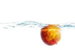 Nya frukter som fördjupas i klart vatten Royaltyfri Bild